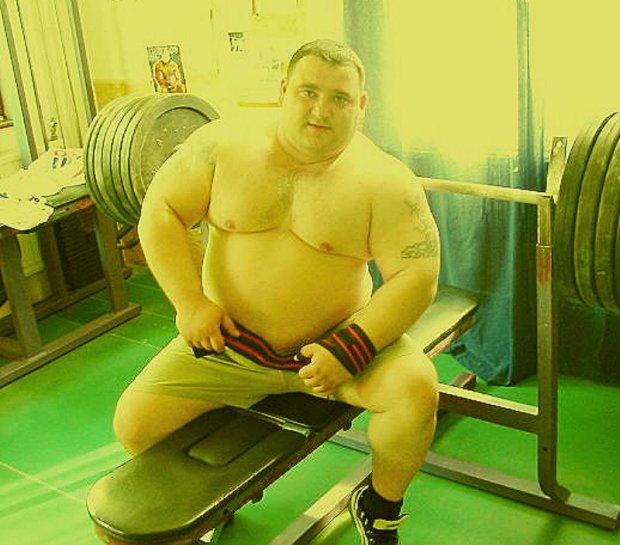 shirtless-bear-powerlifter-01